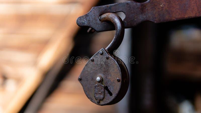 Castello antico sui precedenti della porta rossa fotografia stock libera da diritti