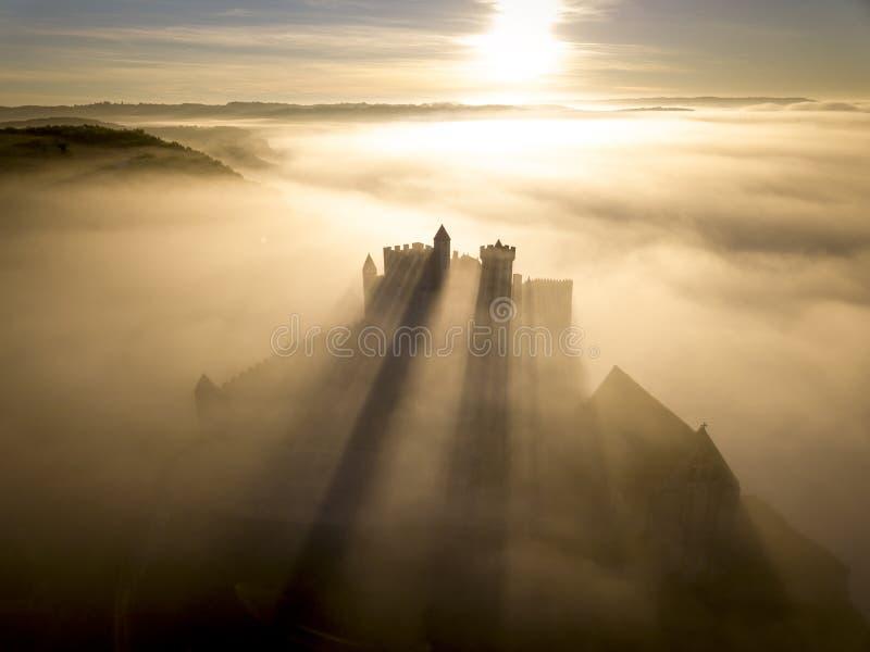 Castello Beynac in nebbia nel primo mattino Perigord la Dordogna noir Francia fotografie stock