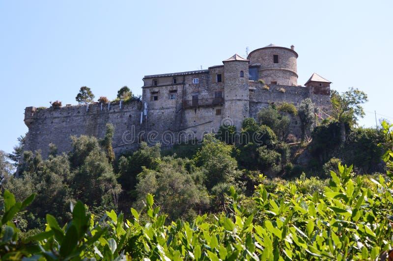 Castello bryner också, bekant som den San Giorgio slotten är lokaliserad höjdpunkt för hus museet ovanför hamnen av Portofino, It royaltyfri foto
