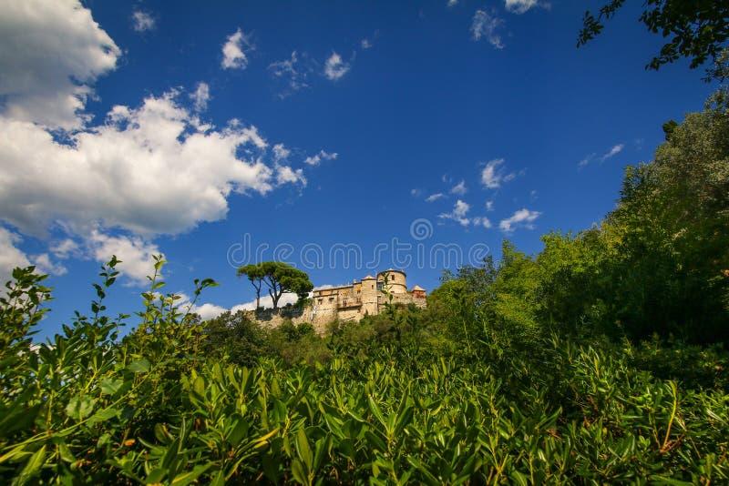 Castello bryner också bekant, som den San Giorgio slotten lokaliserade höjdpunkt ovanför hamnen av Portofino arkivfoton