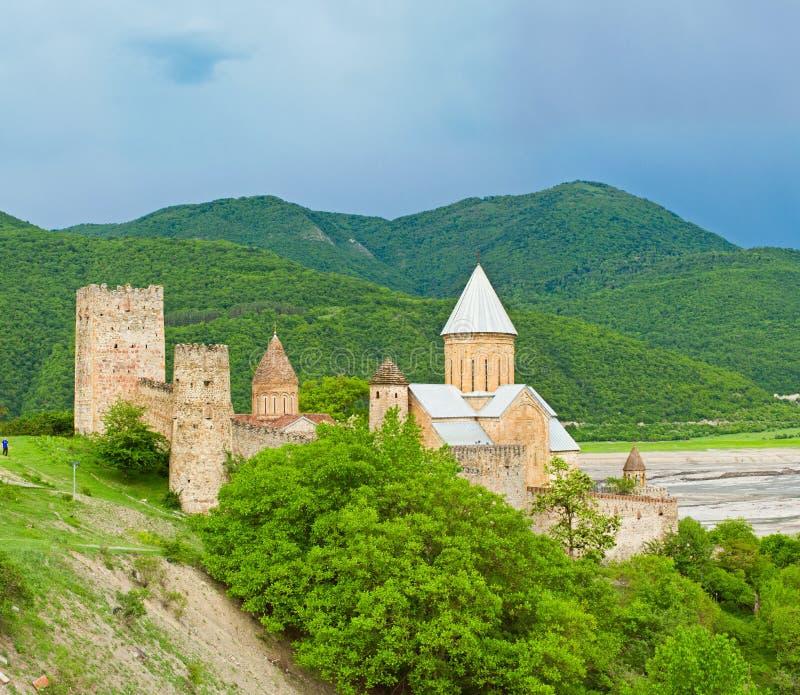 Castello con la chiesa nella regione del Caucaso fotografia stock libera da diritti