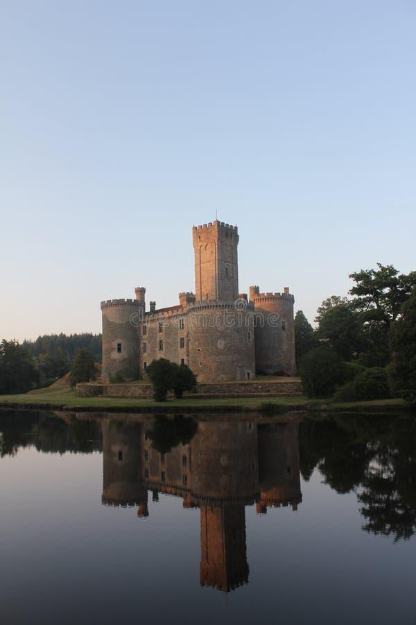 Castello con la riflessione del lago fotografie stock libere da diritti