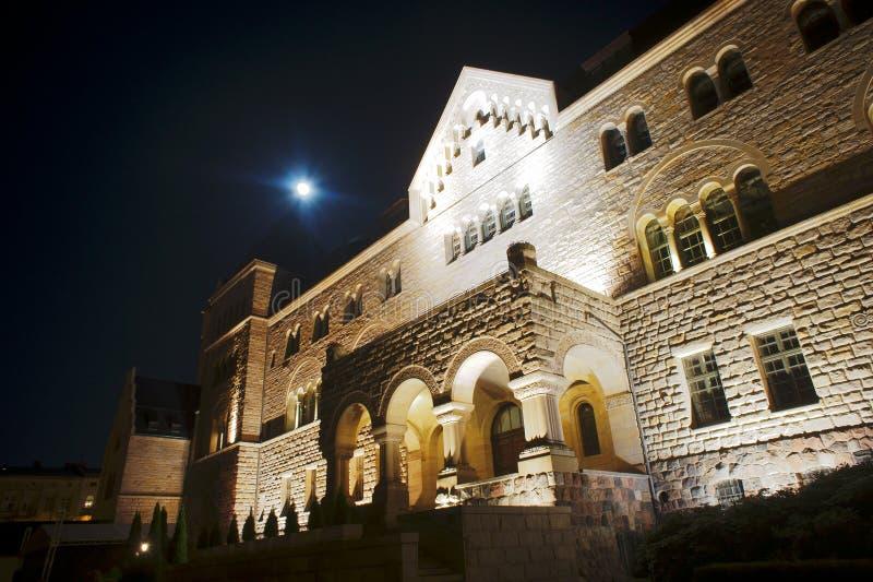 Castello degli imperatori nella notte fotografia stock libera da diritti