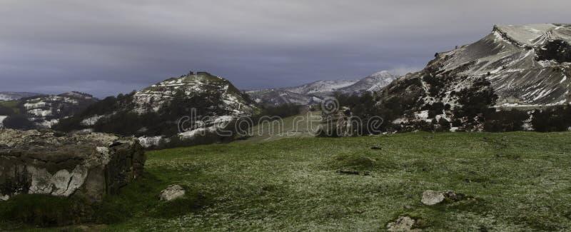 Castello del corvo con il resti dell'inverno immagini stock