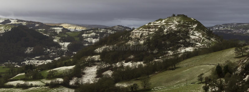 Castello del corvo con il resti dell'inverno immagini stock libere da diritti