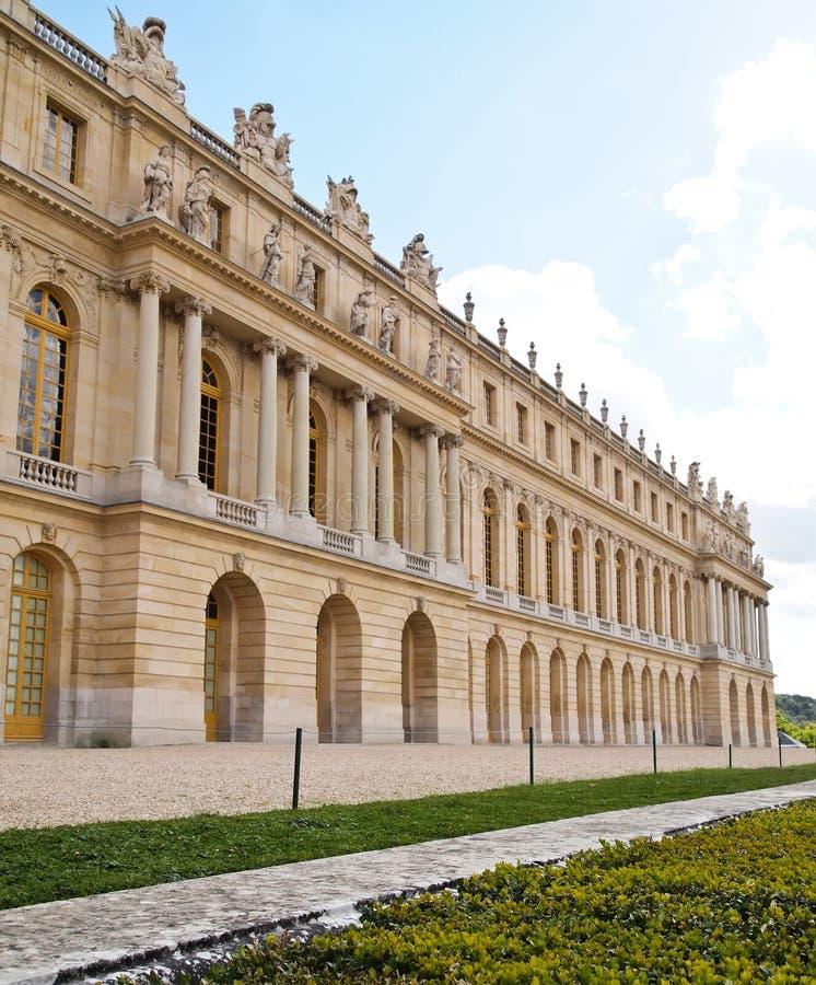 Castello del frontage di Versaille con cielo blu immagine stock