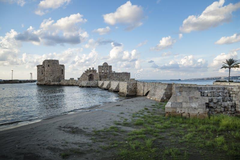 Castello del mare dei crociati al litorale di Sidon, Libano fotografia stock libera da diritti