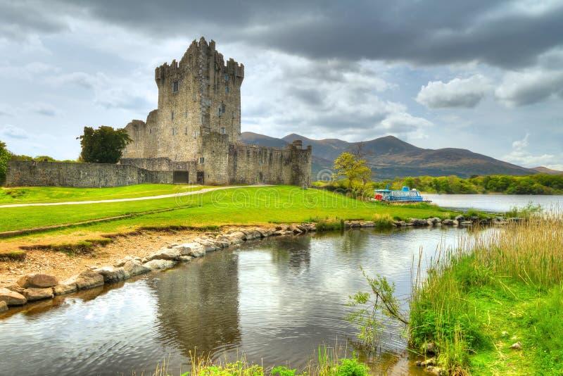 Castello del Ross con la riflessione in Co. Kerry fotografia stock