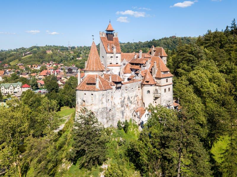Castello della crusca su una collina con le alte guglie, pareti, tetti piastrellati rossi, fotografie stock