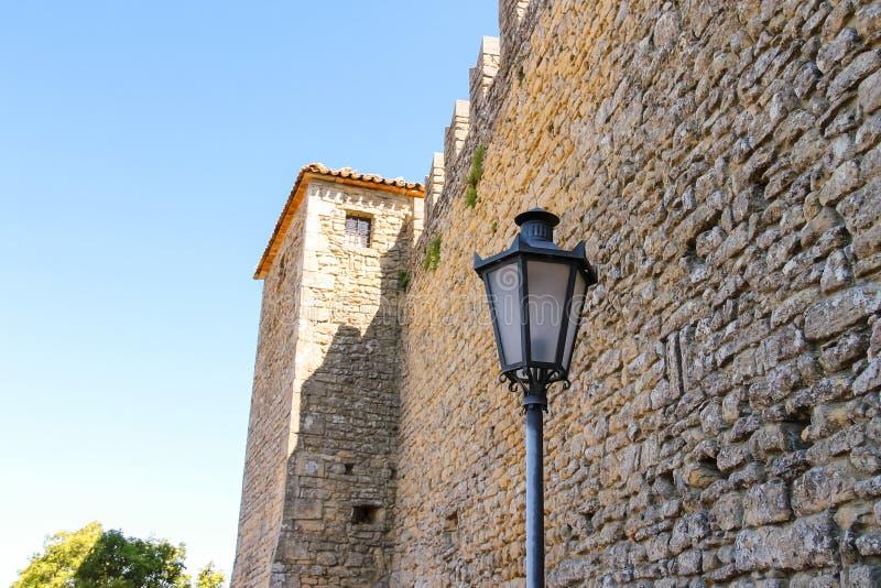 Castello Della Guaita - en fästning på monteringsjätte Republiken royaltyfria foton