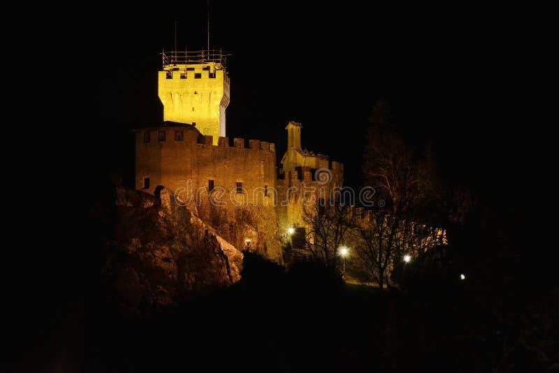 Castello della Guaita på natten arkivfoton