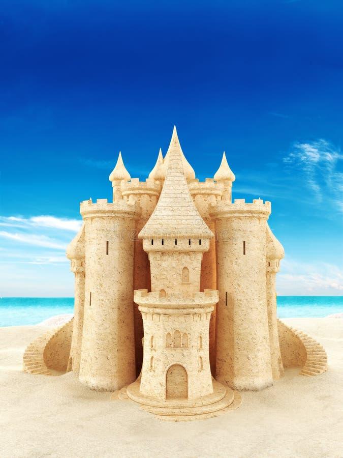 Castello della sabbia con un fondo della spiaggia immagini stock