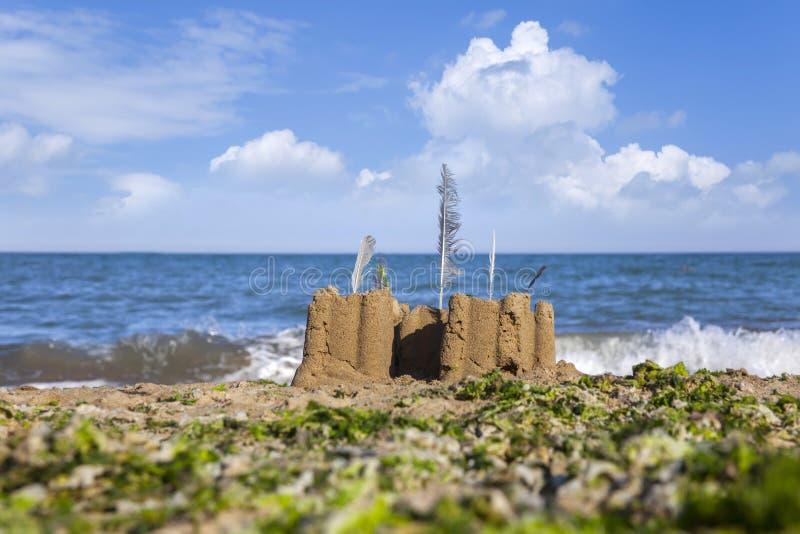 Castello della sabbia sulla spiaggia fotografie stock