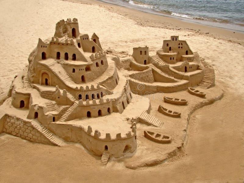 Castello della sabbia sulla spiaggia immagini stock