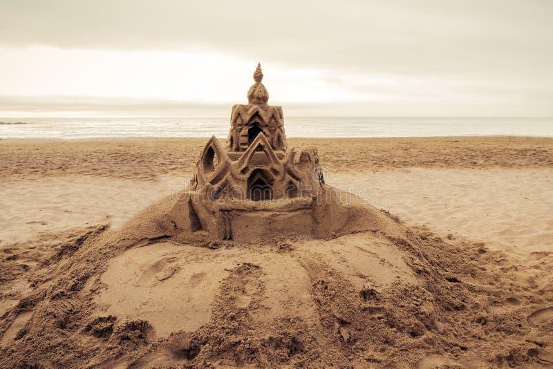 Castello della sabbia sulla spiaggia Barcellona. La Spagna immagini stock