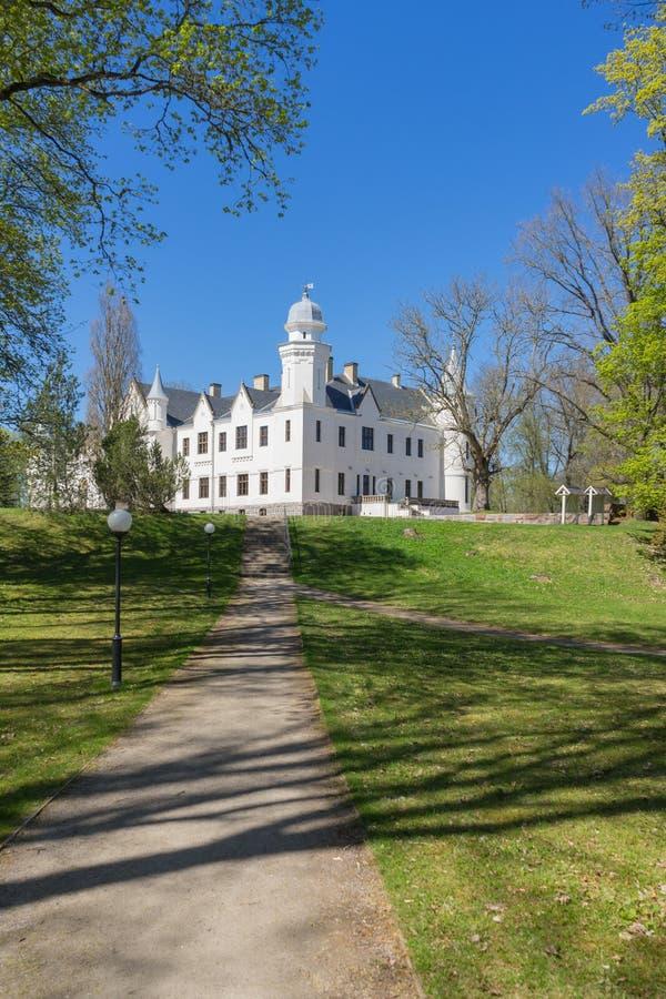 Castello di Alatskivi di stile e parco neogotici della proprietà terriera fotografie stock libere da diritti