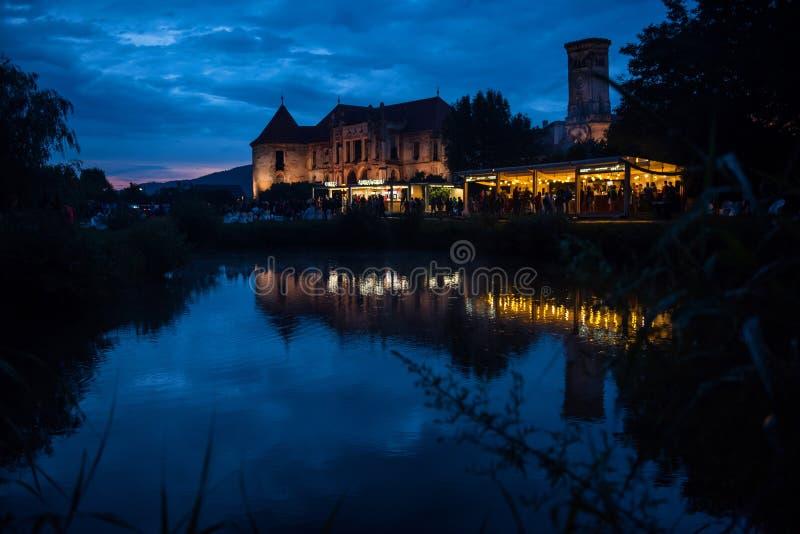 Castello di Banffy, Bontida, Romania Festival elettrico del castello immagini stock