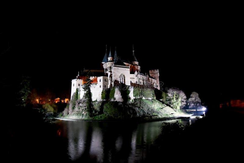 Castello di Bojnice di notte fotografie stock