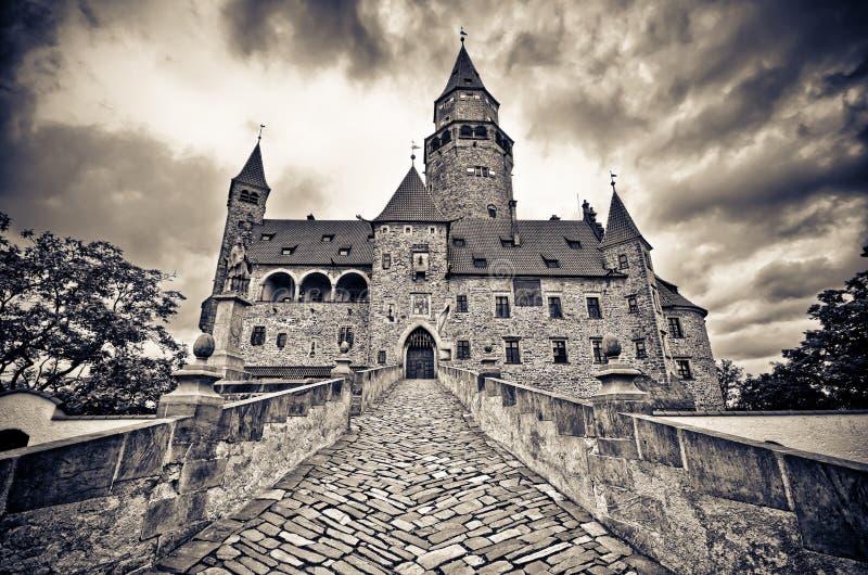Castello di Bouzov con il cielo drammatico immagine stock