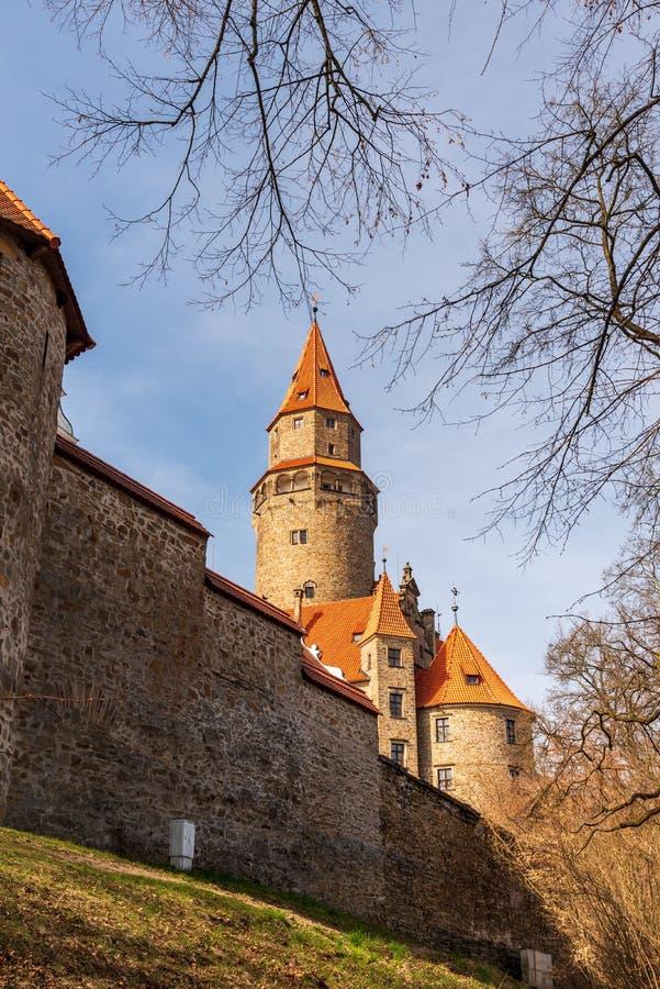Castello di Bouzov con la parete in repubblica Ceca fotografie stock libere da diritti