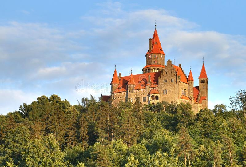 Castello di Bouzov in repubblica Ceca immagini stock libere da diritti