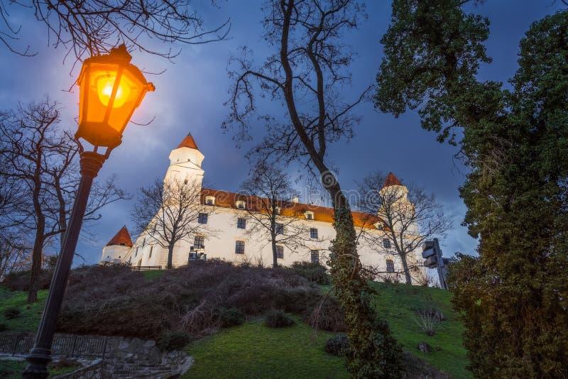 Castello di Bratislava alla notte immagini stock libere da diritti