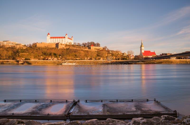 Castello di Bratislava e cattedrale del ` s di St Martin immagine stock libera da diritti
