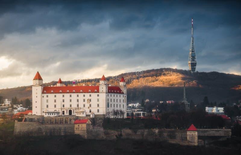 Castello di Bratislava e torre della televisione fotografie stock
