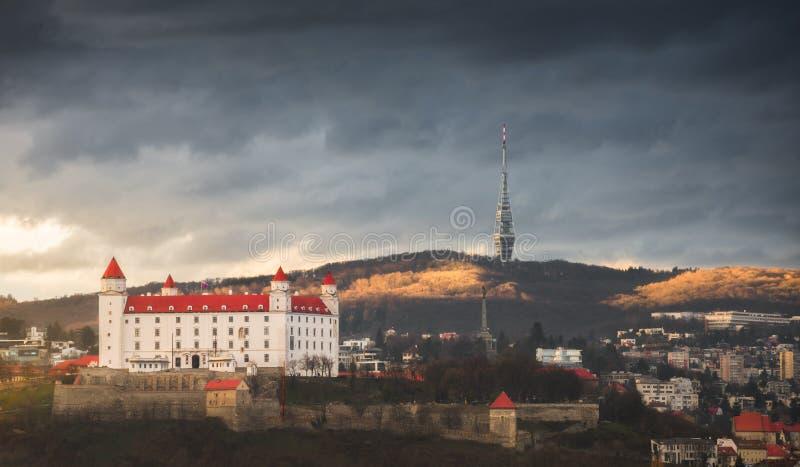 Castello di Bratislava e torre della televisione immagine stock libera da diritti