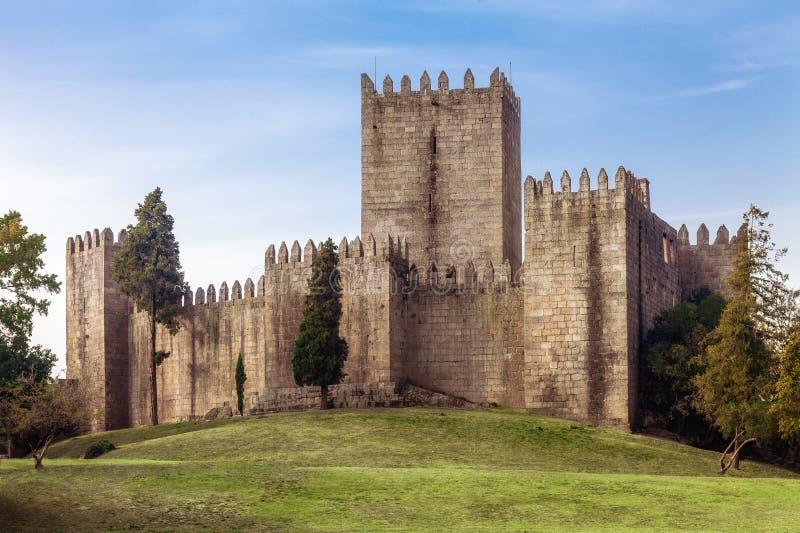 Castello di Castelo de Guimaraes La maggior parte del castello famoso nel Portogallo Luogo di nascita del primo re portoghese fotografia stock libera da diritti