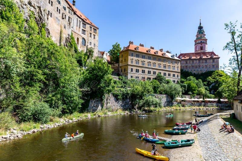 Castello di Cesky Krumlov con la torre e rafting sul fiume della Moldava fotografia stock