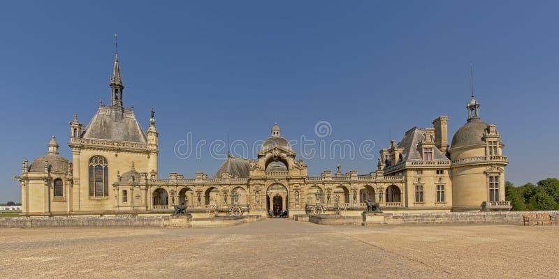Castello di chantilly, Francia, vista grandangolare immagine stock