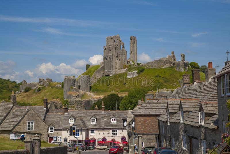 Castello di Corfe, villaggio & castello, Dorset, Inghilterra fotografia stock
