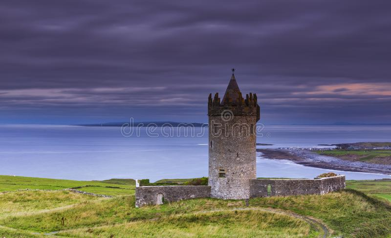 Castello di Doonagore al tramonto, Co. Clare, fotografie stock libere da diritti
