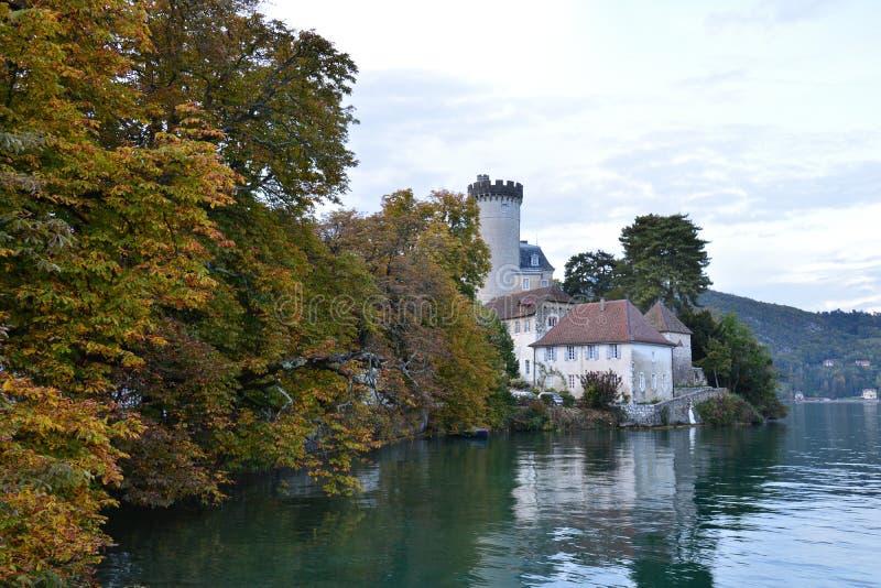 Castello di Duingt sulle rive del lago annecy in Francia fotografia stock
