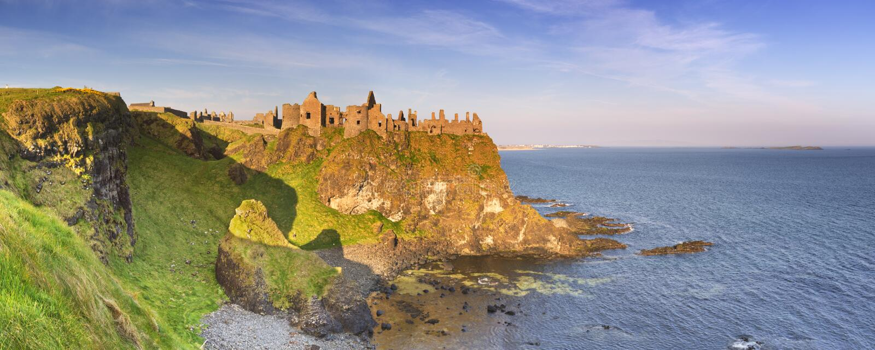 Castello di Dunluce in Irlanda del Nord su una mattina soleggiata immagine stock libera da diritti
