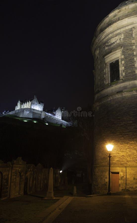 Castello di Edimburgo dalla chiesa di parrocchia di St Cuthbert, Edimburgo Scozia immagini stock
