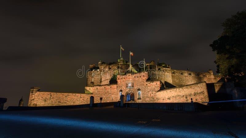 Castello di Edinburgh alla notte fotografia stock