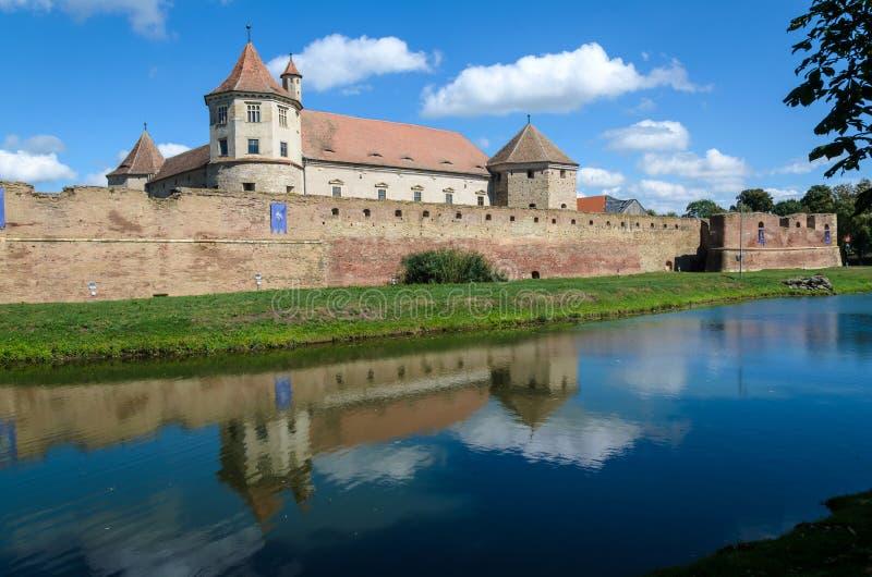 Castello di Fagaras dalla contea di Brasov, costruito verso il 1310, ora ristabilito ed attualmente usato come un museo e bibliot fotografie stock libere da diritti
