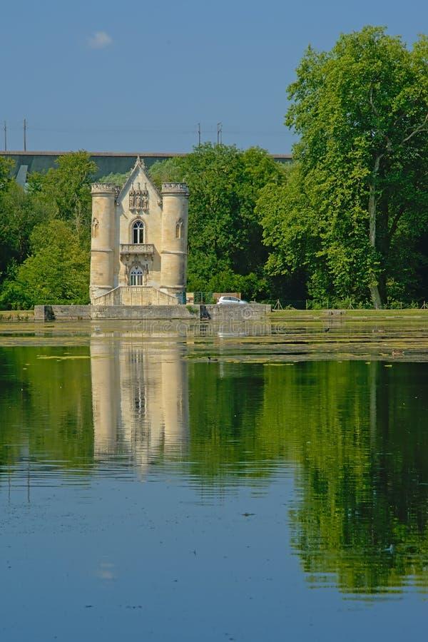 Castello di favola della regina bianca accanto ad un lago in Coye-La-Forêt fotografia stock
