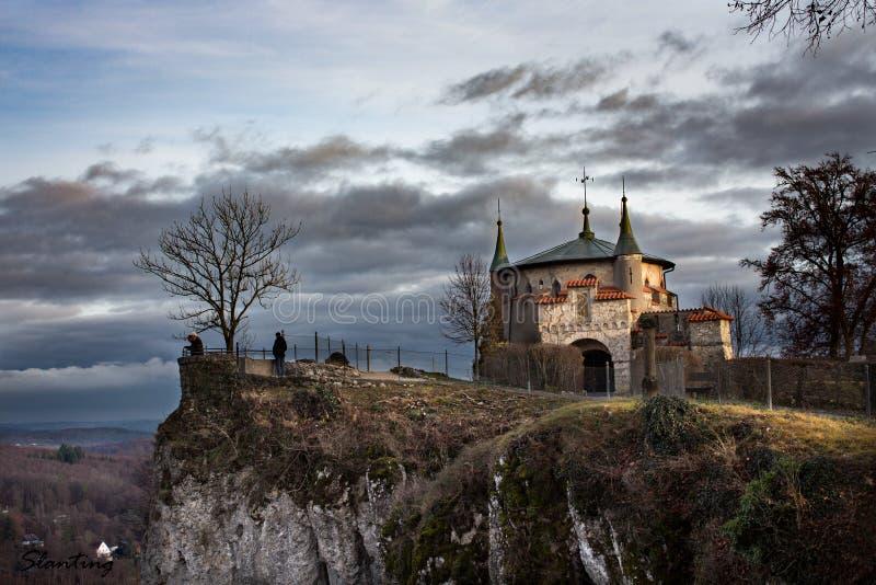 Castello di favola su una scogliera fotografia stock