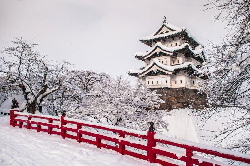 Castello di Hirosaki ed il suo ponte di legno rosso nella stagione invernale, Aomo fotografia stock libera da diritti