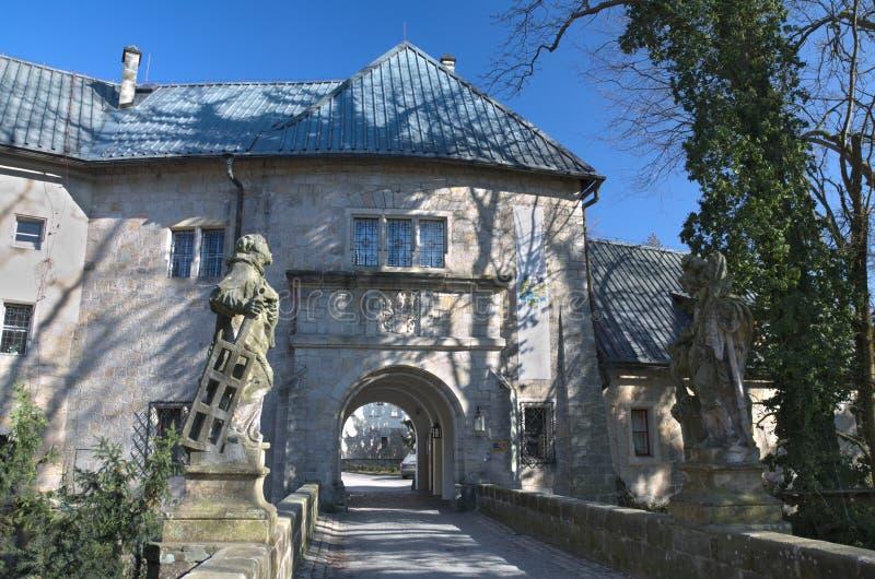 Castello di Hruba Skala nell'inverno fotografia stock libera da diritti