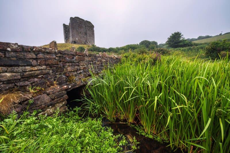 Castello di Minard e ponte di pietra storico in Irlanda immagini stock libere da diritti