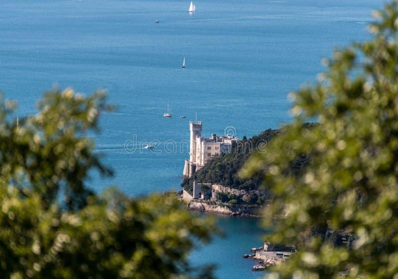 Castello di Miramare dalla strada di napoleonica immagine stock