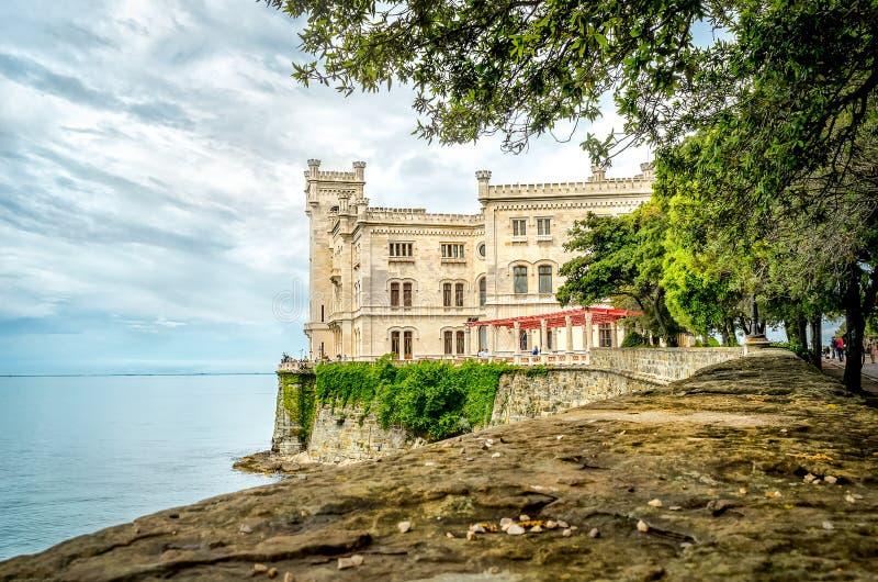 Castello di Miramare no mar de negligência do castelo de Trieste fotografia de stock