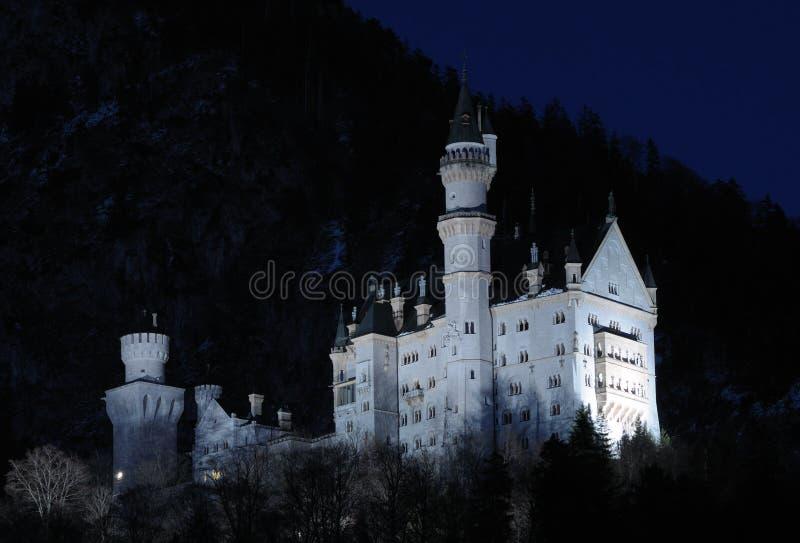 Castello di Neuschwanstein alla notte fotografia stock libera da diritti