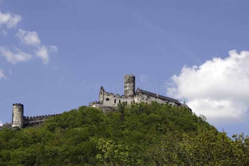 Castello di pietra sopra la collina fotografia stock