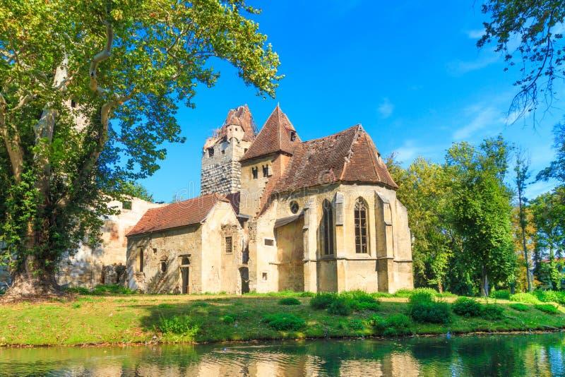 Castello di Pottendorf e rovine gotiche della chiesa vicino a Eisenstadt immagine stock
