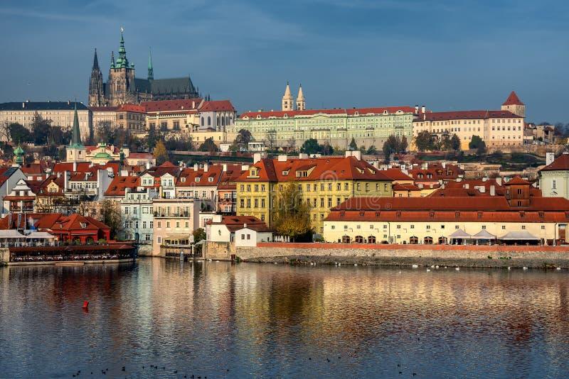 Castello di Praga di autunno variopinto e Charles Bridge gotici con Lesser Town nel giorno soleggiato, repubblica Ceca fotografie stock libere da diritti
